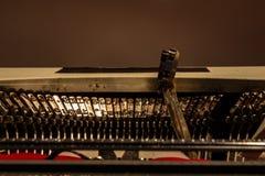 Een oude schrijfmachine, met zijn sleutels en wapens met de brieven van het hierboven getrokken alfabet stock foto