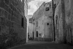 Een oude smalle straat in Siggiewi, Malta in zwart-wit royalty-vrije stock foto