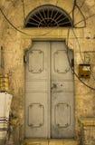Een oude staaldeur op een oud gebouw in de ommuurde stad van Jeruzalem Stock Foto