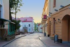 Een oude stad en een kleine straat in Grodno, Wit-Rusland stock foto