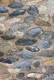 Een oude steenweg van keien Metselwerk van oude stenen en bakstenen Mooie achtergrond Royalty-vrije Stock Foto