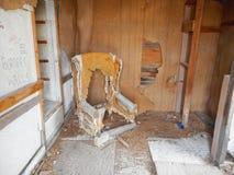 een oude stoel in een huisruïne royalty-vrije stock fotografie