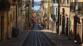 Een oude straat van Lissabon stock afbeelding