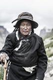 Een oude tibetan vrouw stock foto