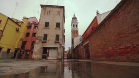 Een oude toren in het midden van de stad van Chioggia Weinig Venetië met de natte weg stock footage
