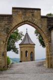 Een oude toren van Kasteel hohenzollern door de boog Stock Fotografie