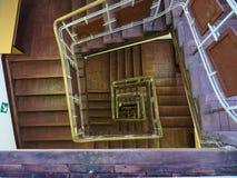 Een oude trap in het oude huis van Petersburg Rusland gezichten stock foto's