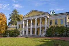 Een oude two-storey manor met kolommen in de herfst Grote opheldering voor het huis Gorky Leninskie, de heuvels van Lenin, Ruslan stock afbeelding