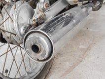 Een oude uitlaatpijp van motorfiets Stock Afbeeldingen