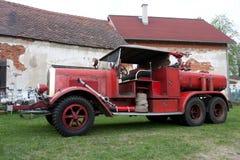 Een oude uitstekende brandvrachtwagen Stock Foto's