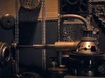 Een oude uitstekende muur met mechanismen in de steampunkstijl royalty-vrije stock afbeelding
