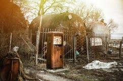 Een oude verlaten benzinepost, met de inschrijving - brandbaar Gevaar Royalty-vrije Stock Fotografie