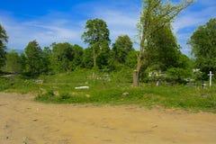 Een oude verlaten die begraafplaats, kruisen en graven met tal wordt overwoekerd royalty-vrije stock afbeeldingen