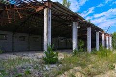 Een oude verlaten garage voor het herstellen van voertuigen in de streek stock fotografie