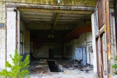 Een oude verlaten garage voor het herstellen van voertuigen in de streek royalty-vrije stock afbeelding
