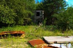 Een oude verlaten garage voor het herstellen van voertuigen in de streek royalty-vrije stock foto