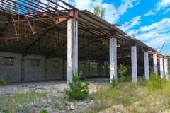 Een oude verlaten garage voor het herstellen van voertuigen in de streek royalty-vrije stock fotografie