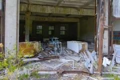 Een oude verlaten garage voor het herstellen van voertuigen in de streek stock afbeelding
