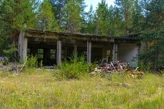 Een oude verlaten garage voor het herstellen van voertuigen in de streek royalty-vrije stock foto's