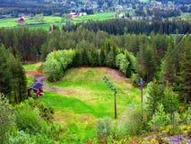 Een oude verlaten het springen heuvel, whit deel van het dorp in achtergrond stock fotografie