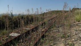 Een oude verlaten spoorweg stock footage