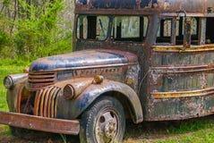 Een oude verlaten verlagingsbus stock afbeeldingen