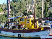 Een oude vissersboot in de haven van Gaios op Paxos in Griekenland royalty-vrije stock foto's