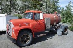 Een oude vrachtwagen met brandstof bij een visserijkamp in Alaska stock afbeelding