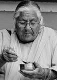 Een oude vrouw die avondmaal eten Royalty-vrije Stock Afbeelding