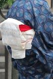 Een oude vrouw draagt een blauwe kimono (Japan) Stock Afbeelding