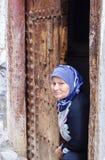 Een oude vrouw van Berber etnisch in traditionele kleding stock afbeelding