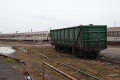 Een oude wagen op de sporen stock afbeeldingen
