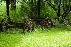 Een oude wagen op een gebied stock afbeelding