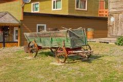Een oude wagen van gouden-spoeddagen op de yukongebieden stock foto's