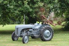 Een oude wijnoogst weinig grijs het landbouwbedrijfmateriaal van de fergie ferguson tractor Royalty-vrije Stock Foto's