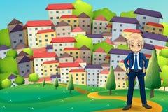 Een oude zakenman die zich bij de heuveltop over de gebouwen bevinden Stock Afbeeldingen