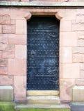 Een oude zwarte beslagen deur royalty-vrije stock foto's