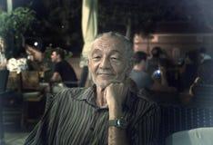 Een oudere mens in de avond Stock Afbeelding