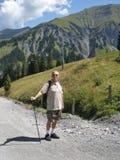 Een oudere mens Wandeling Stock Afbeelding