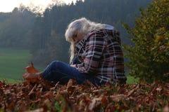Een oudere vrouw heeft depressie en is droevig royalty-vrije stock afbeeldingen
