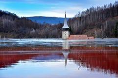 Een overstroomde kerk in een giftig rood meer royalty-vrije stock fotografie