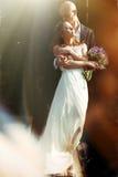 Een overweldigend beeld van een mooi paar die zich in de halo bevinden van stock afbeelding
