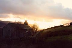 Een overweldigend die beeld van een kerk bij zonsondergang met de erachter zon wordt genomen royalty-vrije stock afbeeldingen