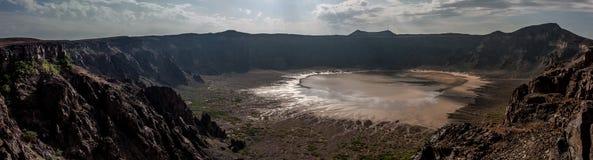 Een overweldigende mening van de Al Wahbah-krater op een zonnige dag, Saudi-Arabië stock afbeeldingen