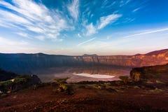 Een overweldigende mening van de Al Wahbah-krater op een zonnige dag, Saudi-Arabië royalty-vrije stock foto's
