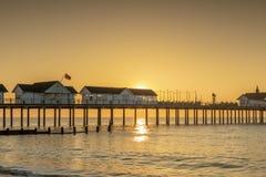 Een overweldigende zonsopgang achter de pijler bij southwold in Suffolk royalty-vrije stock foto