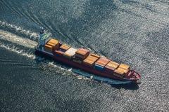 Een overzees schip is een containerschip bij volledige snelheid in de open zee Mening van hierboven N royalty-vrije stock afbeelding