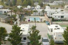 Een overzicht van Recreatieve die Voertuigen en aanhangwagens in een aanhangwagenkamp worden geparkeerd buiten Bakersfield, CA stock foto