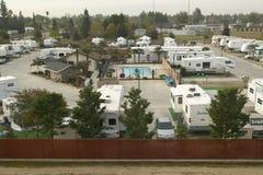 Een overzicht van Recreatieve die Voertuigen en aanhangwagens in een aanhangwagenkamp worden geparkeerd buiten Bakersfield, CA royalty-vrije stock foto's