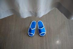 Een paar blauwe beschikbare pantoffels met zachte schuim binnen textuur voor Stock Foto's